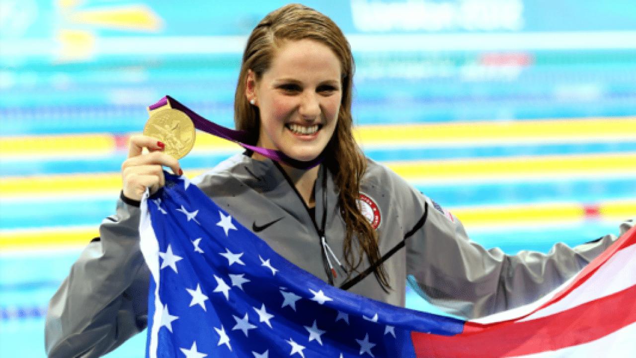 Missy Franklin seurando bandeira dos EUA durante os Jogos Olímpicos de Londres, em 2012.