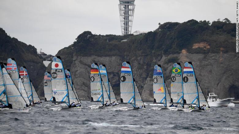 Corrida de iates para mulheres na classe FX durante a Copa do Mundo de vela, um evento de teste dos Jogos Olímpicos de Tóquio 2020, nas águas da ilha de Enoshima