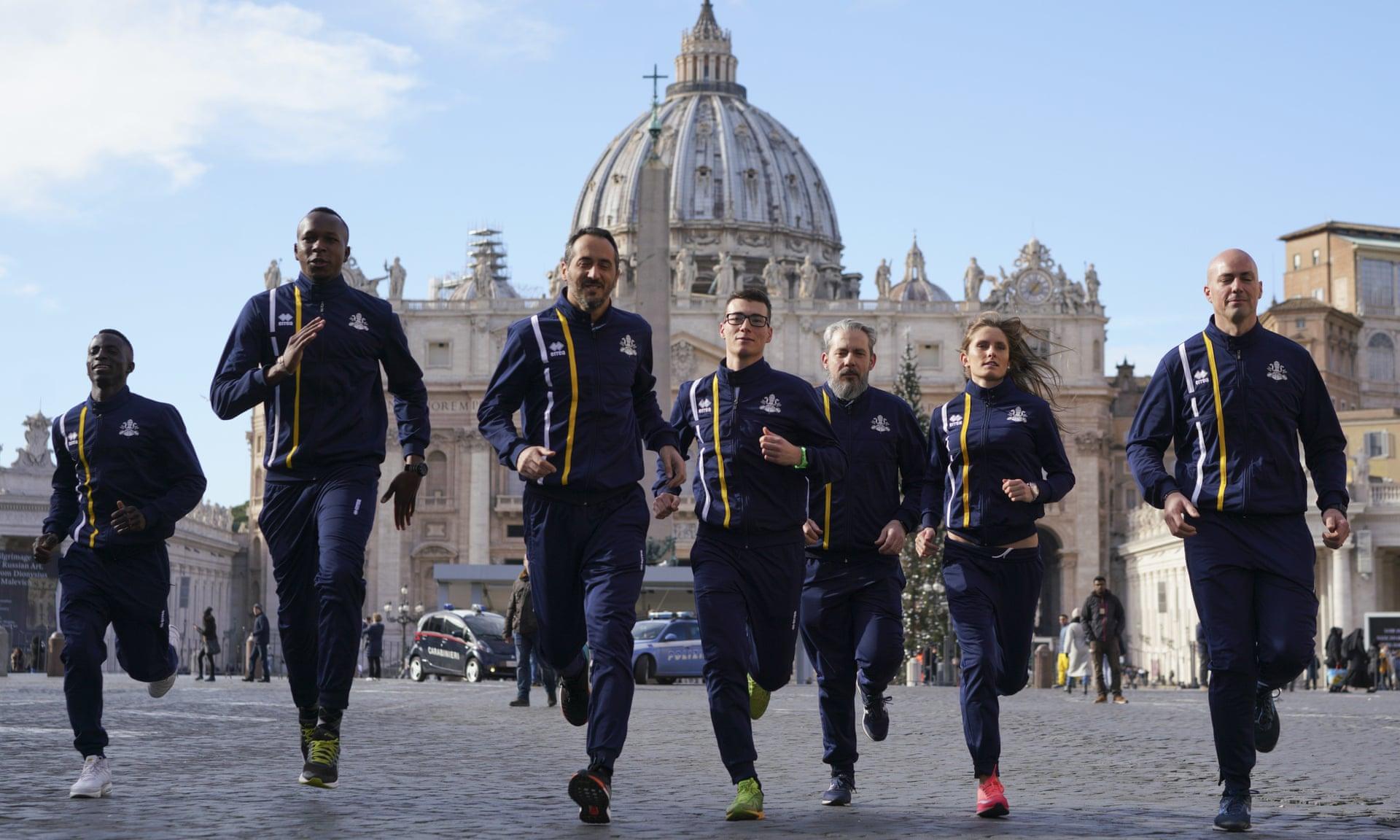 Cerca de 60 funcionários da Santa Sé se juntaram à equipe de atletismo do Vaticano. Foto: Andrew Medichini / AP
