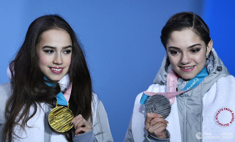 Evgenia Medvedeva e Alina Zagitova após os Jogos Olímpicos de 2018.