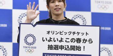 (Ex-campeã olímpica e mundial de wrestling, Saori Yoshida, posa em evento de relações públicas para a venda de ingressos em Tóquio 2020