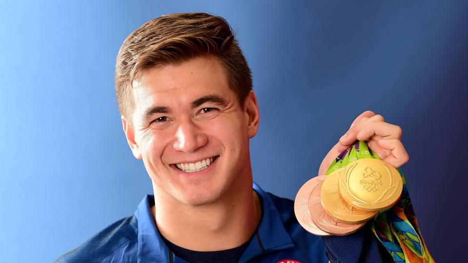 Nathan Adrian com suas medalhas olímpicas.
