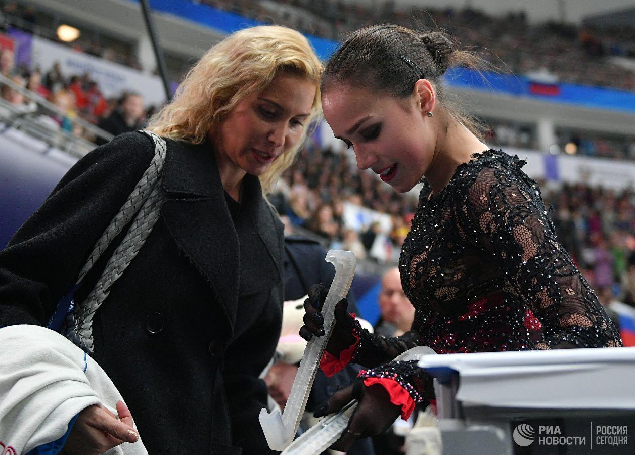 Eteri Tutberidze e Alina Zagitova durante o Campeonato Europeu e 2019