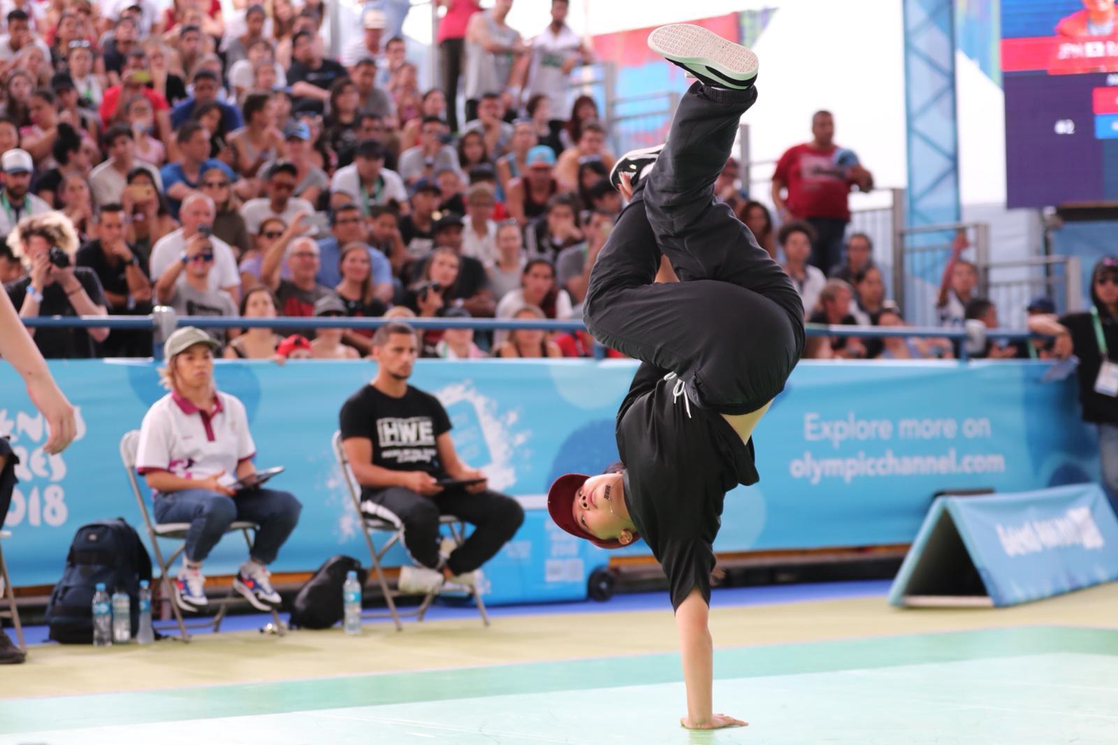 A japonesa Ramu Kawai durante final olímpica de breakdance em Buenos Aires, 2018.