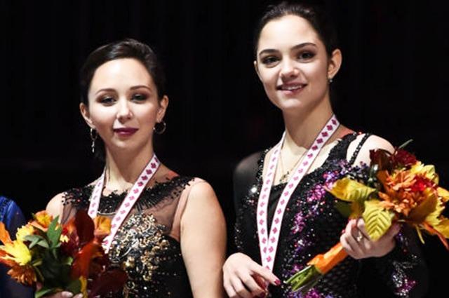 medalha de ouro Elizaveta Tuktamysheva da Rússia e medalhista de bronze Evgenia Medvedeva da Rússia posar com suas medalhas no dia dois durante o ISU Grand Prix de Patinação Artística Skate Canada International