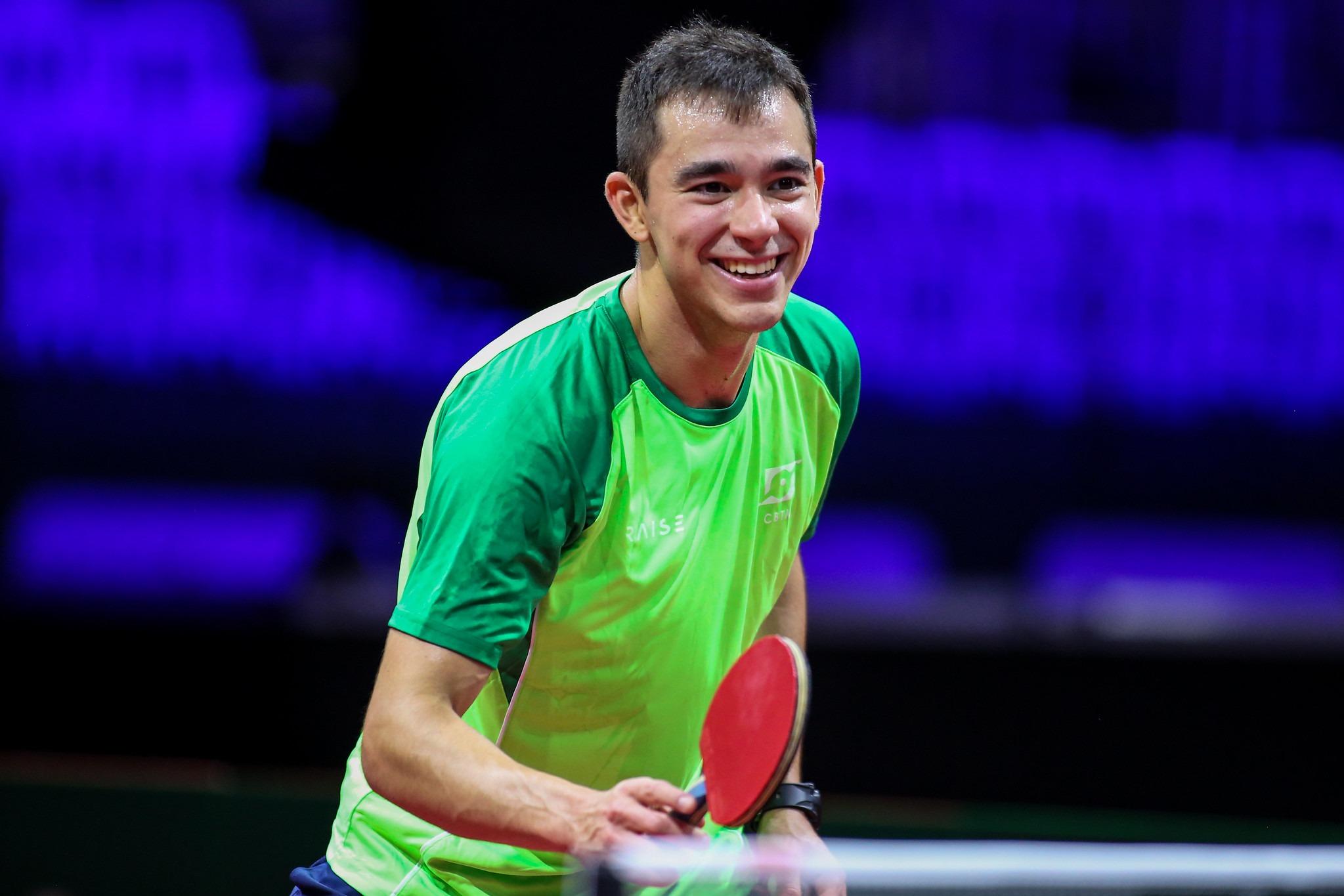 Hugo Calderano triunfa em estreia e avança à fase de 32