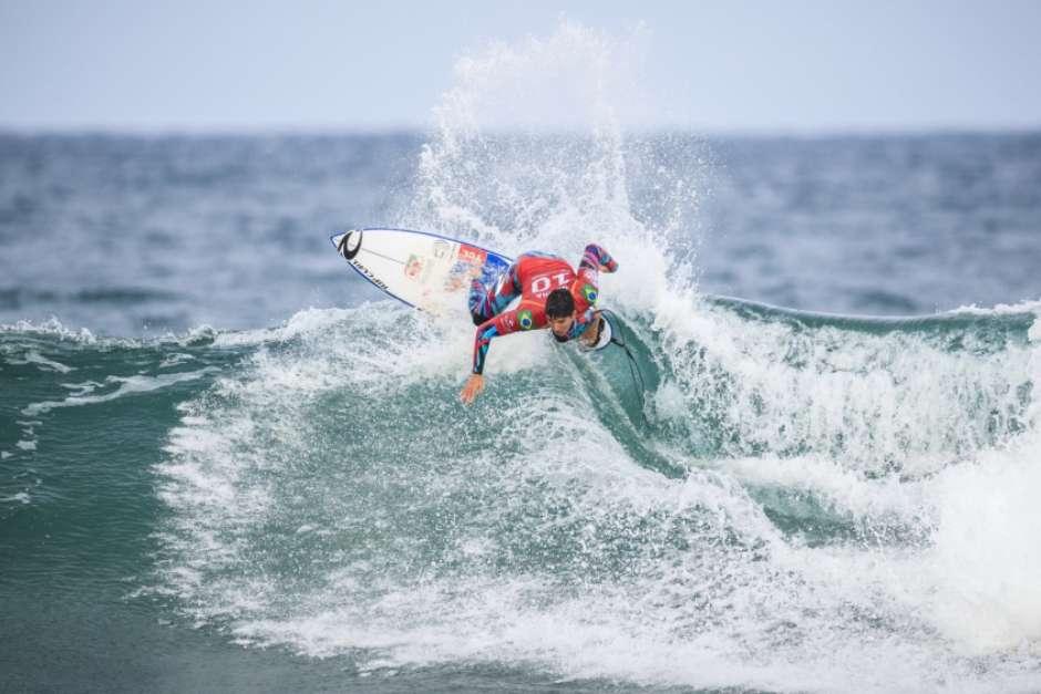 Com Gabriel Medina, brasileiros avançam na segunda etapa do mundial de surfe