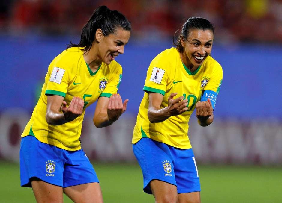 Com gol histórico de Marta, Brasil avança às oitavas na França
