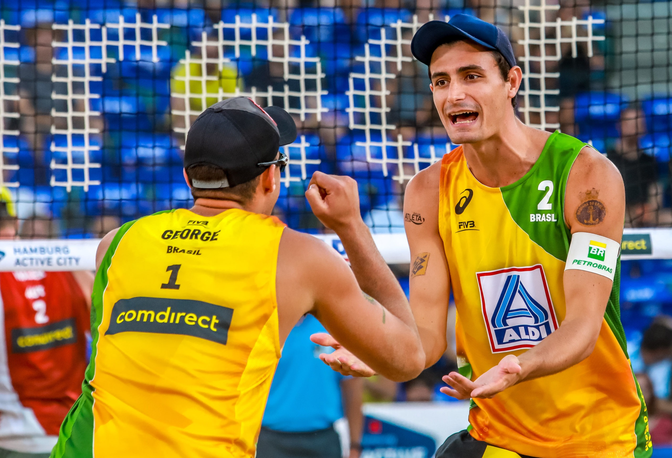 Evandro/Bruno Schmidt e André Stein/George fizeram suas estreias no torneio com vitória e aumentaram para oito triunfos a marca brasileira,