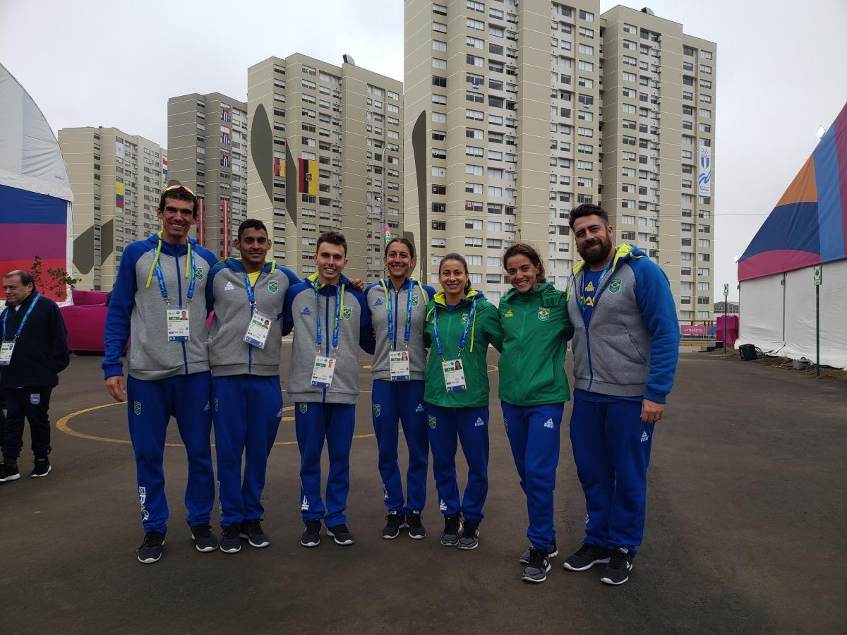 A equipe brasileira de triatlo chegou a Lima na terça-feira, dia 23, para a disputa dos Jogos Pan-americanos e já realizou um reconhecimento do percurso de competição, que tem início no próximo sábado, dia 27