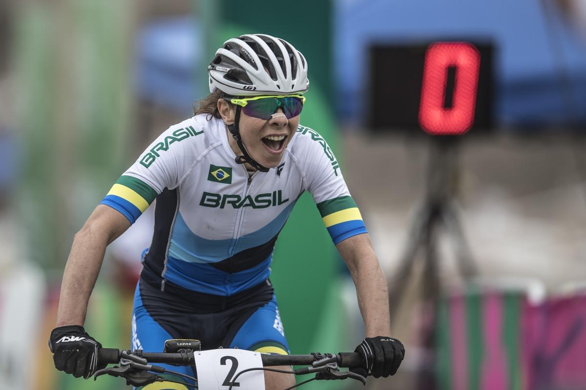 Jaqueline Mourão conquista a medalha de bronze no ciclismo mountain bike