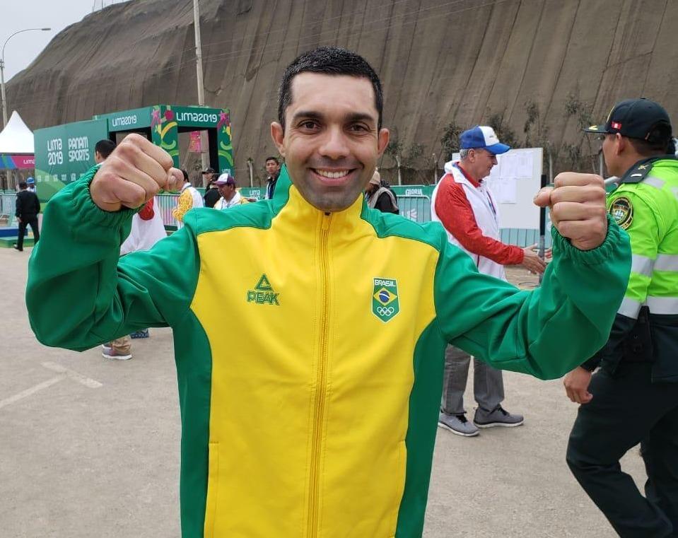 Magno Nazaret comemora a medalha nos Jogos Pan-Americanos de Lima. (FOTO: COB)