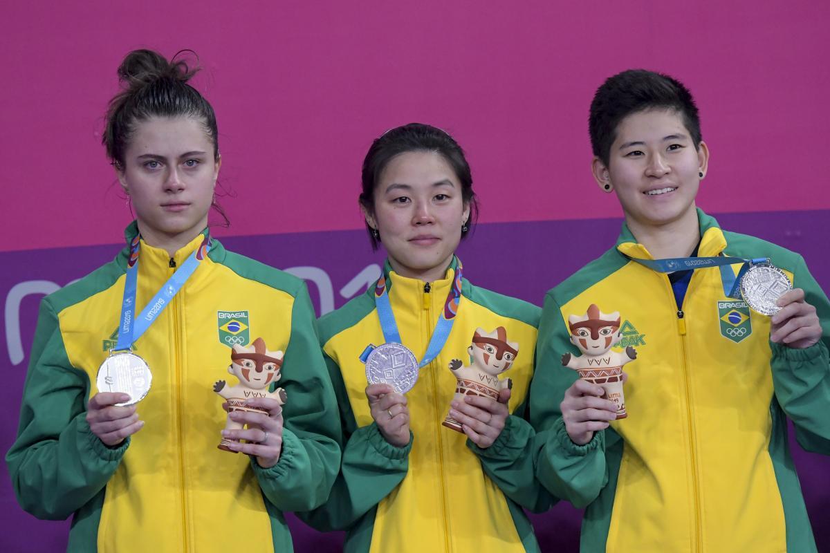 Brasil desperdiça quatro match points e fica com a prata por equipes no feminino