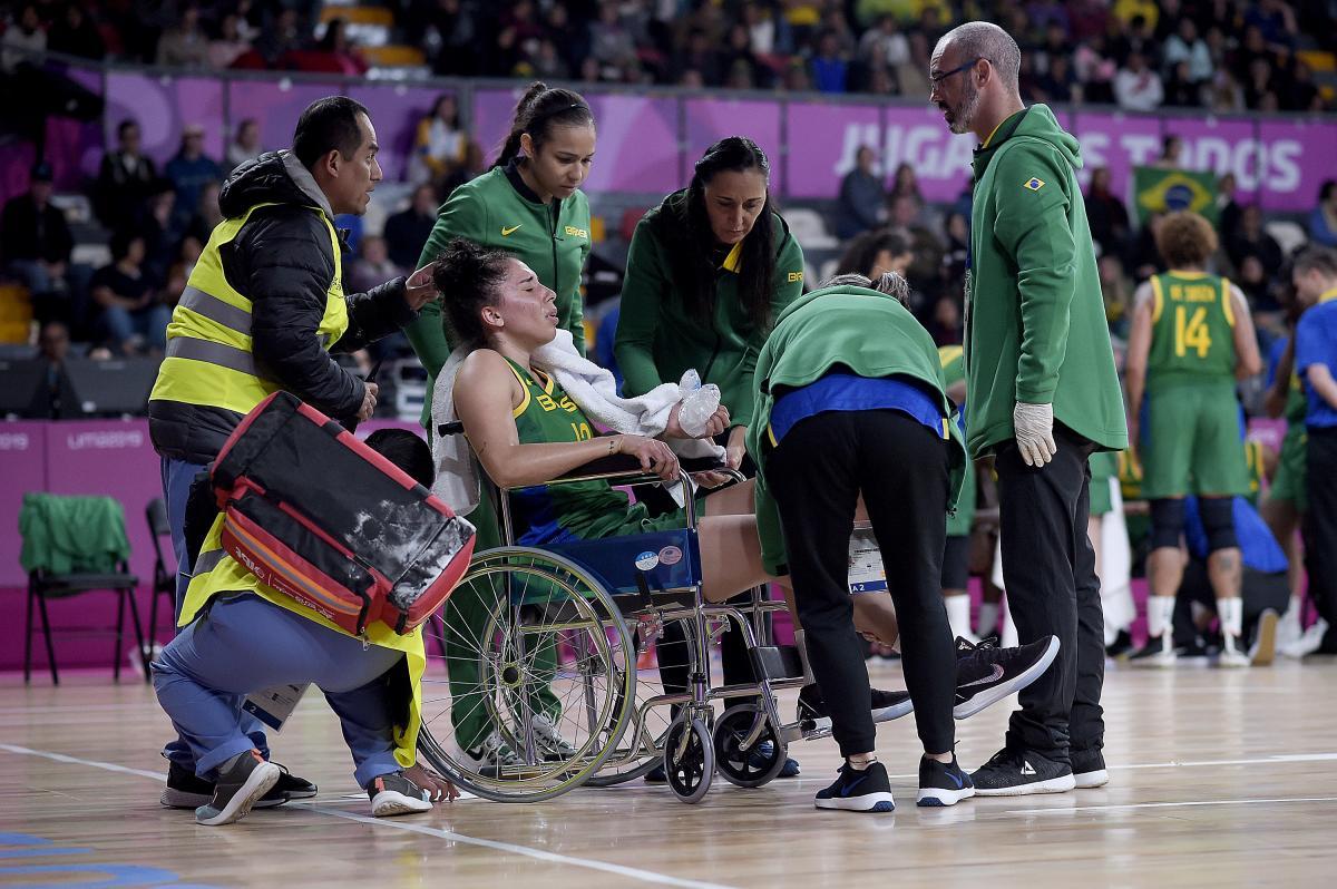 Pivô da seleção feminina de basquete, Aline Cesário está fora do Pan