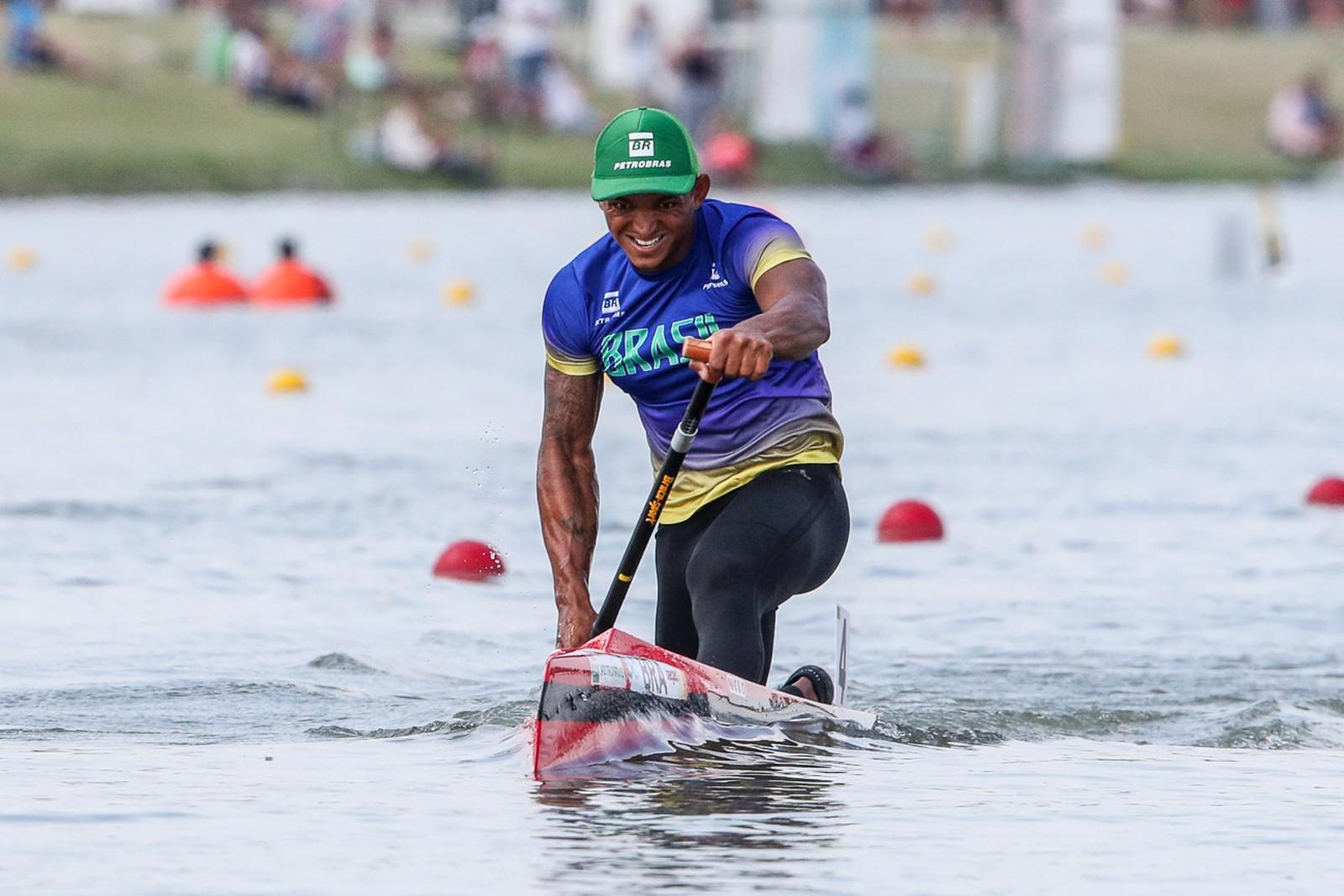 Isaquias Queiroz deixa bicampeão olímpico para trás e é campeão mundial no C1 1000