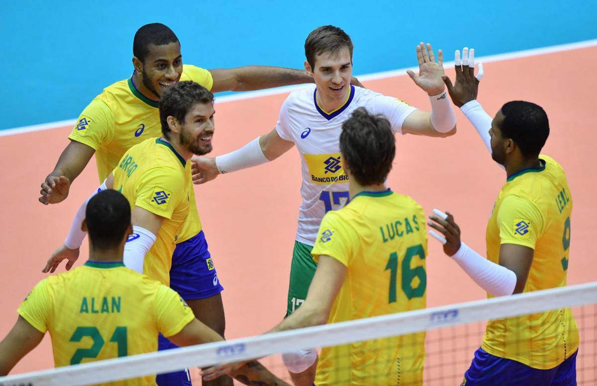 Brasil derrota a Argentina e garante a 6ª vitória na Copa do Mundo de vôlei