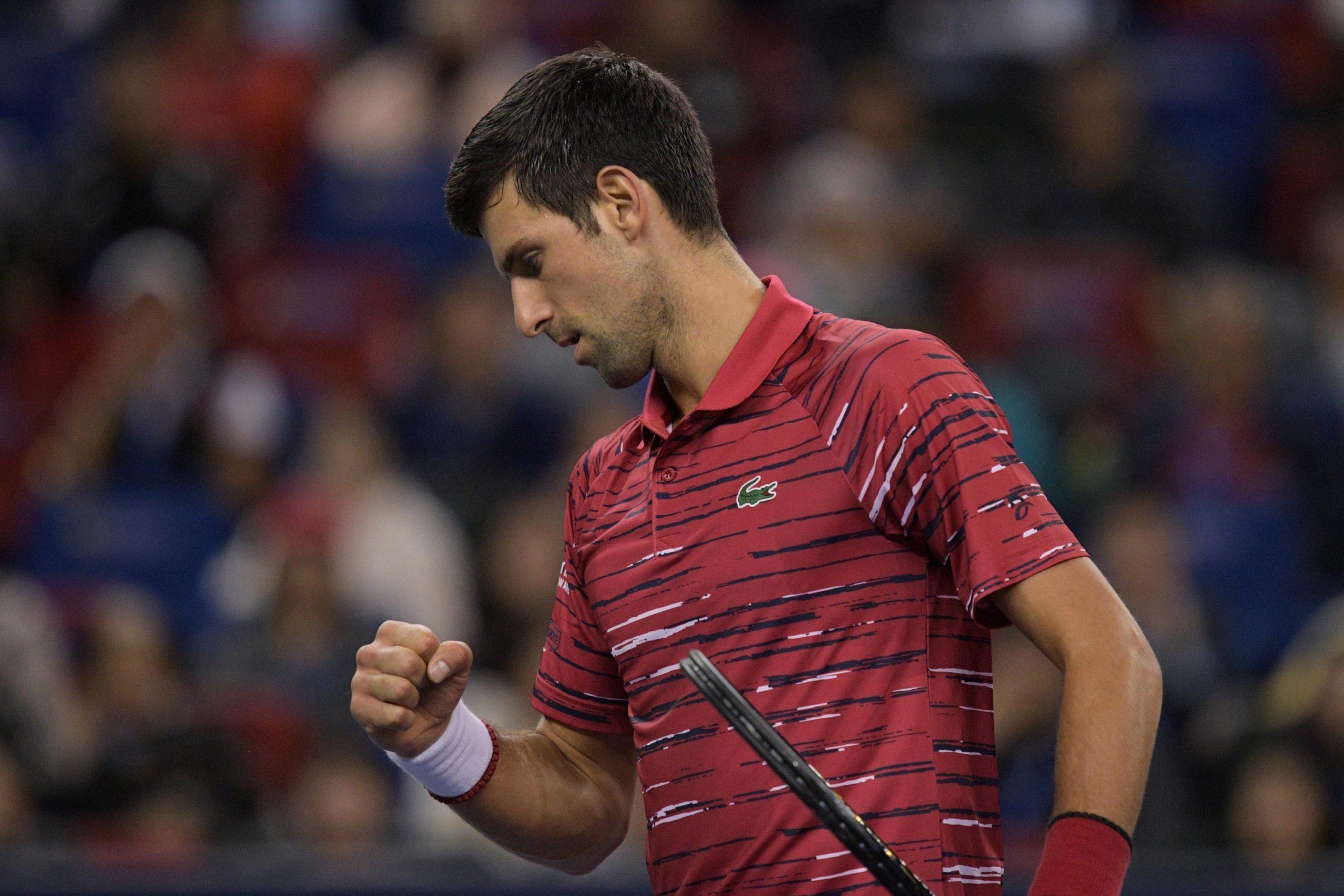 Djokovic bate Shapovalov na estreia em Xangai