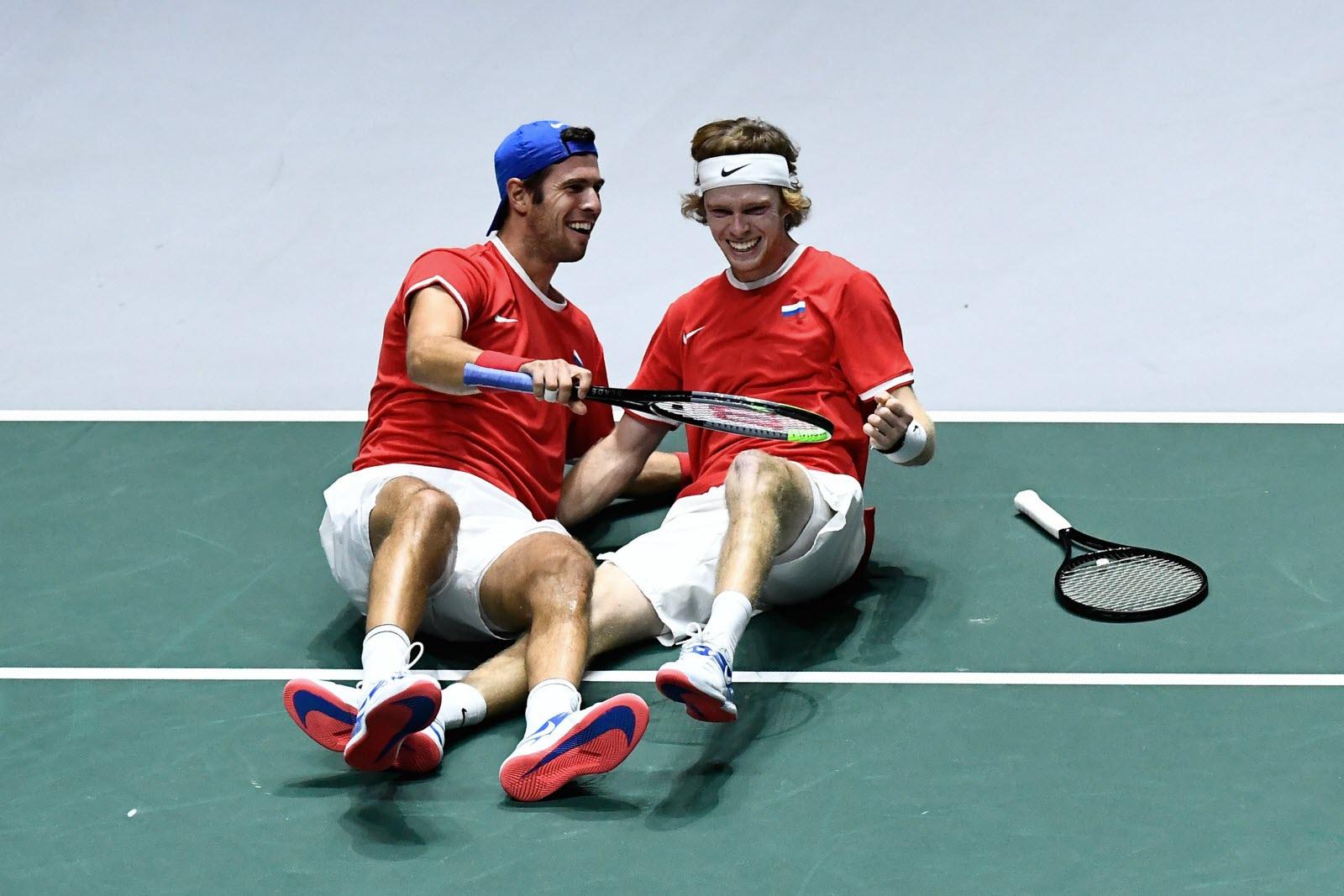 Rússia salva três match-points, derrota a Sérvia e vai à semifinal da Copa Davis