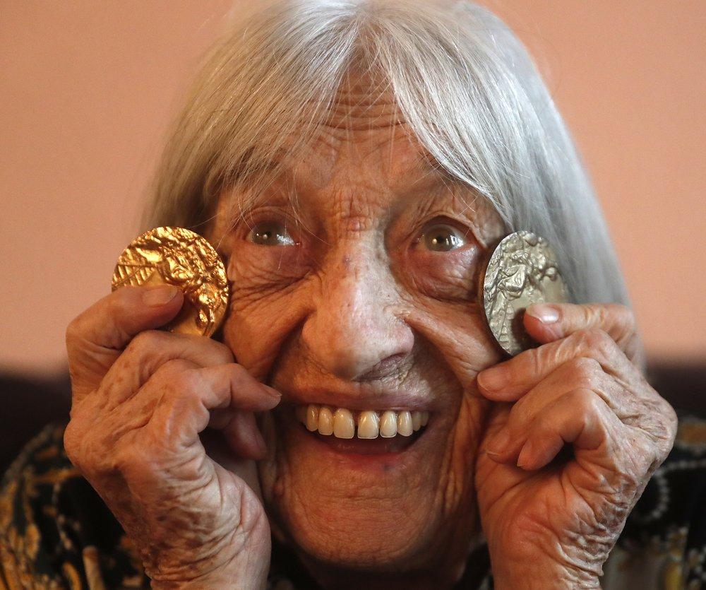 Agnes Keleti, ex-ginasta e mais velha campeã olímpica viva, completa 99 anos