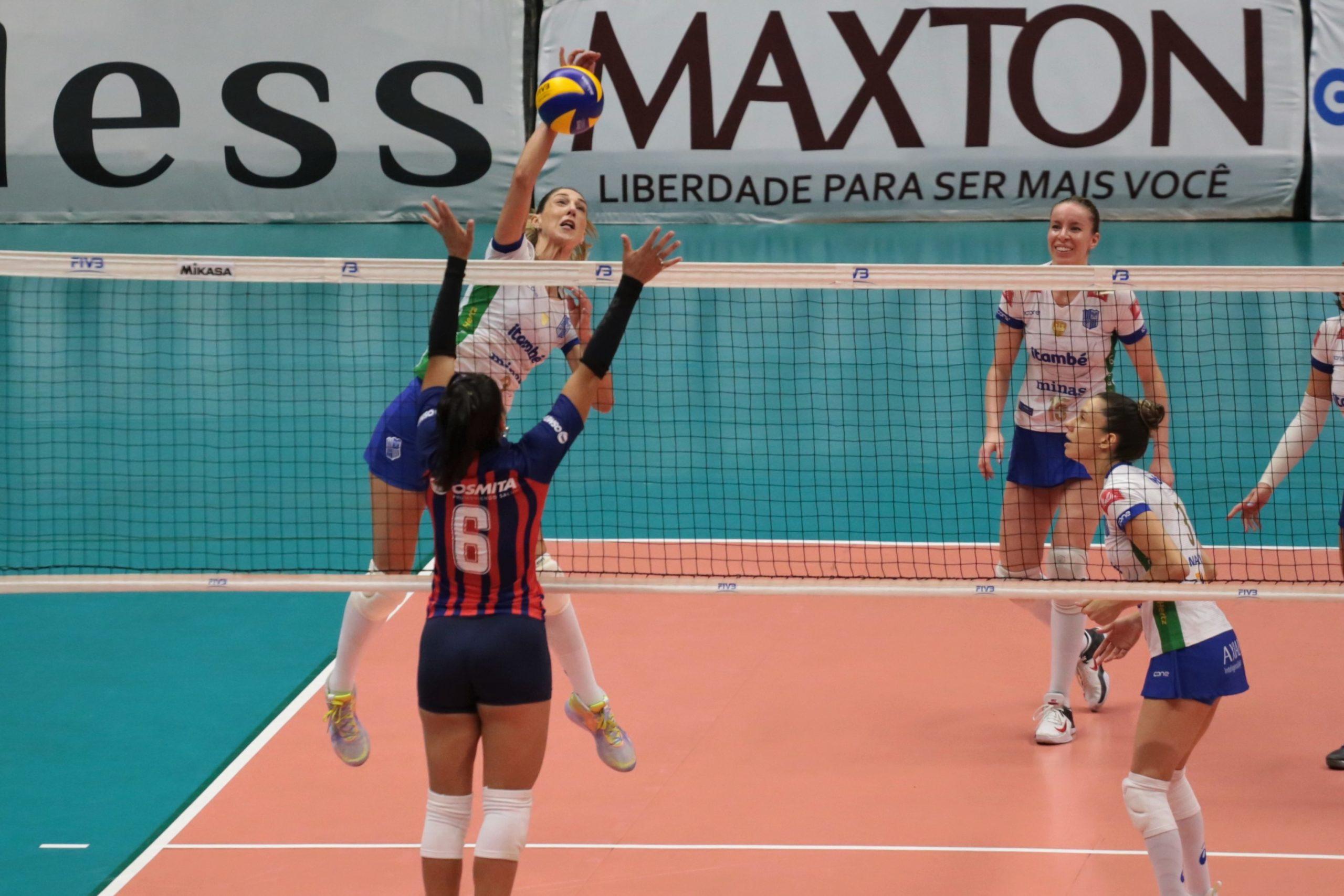 Carol Gattaz no ataque contra o San Lorenzo (Créditos: Raphael Oliveira )
