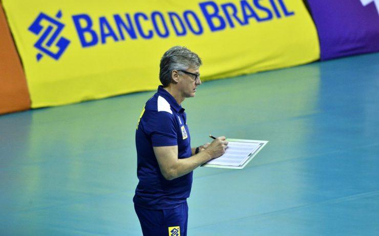 Renan Dal Zotto, técnico da seleção masculina de vôlei, é intubado com covid-19