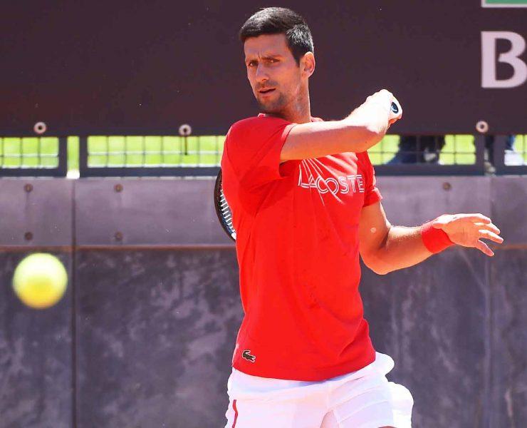 Djokovic saca para o jogo, sofre quebra e chuva paralisa partida no Masters de Roma