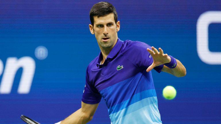 Novak Djokovic é exigido já na estreia, mas supera adversário de 18 anos em 4 sets